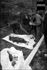 "Βλασένιτσα, 26/09/2000. European Union monitors and Bosnian investigators searching for remains of Bosnian Muslims believed killed during ""ethnic cleansing"" by Serbian forces. The remains of two bodies, an old women and her son, were found, © Patrick Zachmann/Magnum Photos"