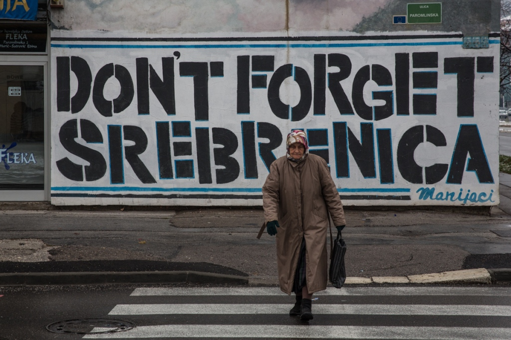 Σαράγεβο. Φωτογραφία του Chris Leslie. Graffiti in downtown Sarajevo about Srebrenica. In July 1995 over 8000 men and boys were massacred gby Bosnian Serb forces.