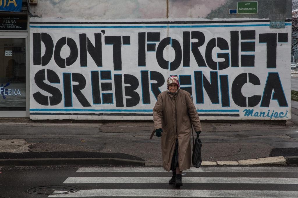 Σαράγεβο. Φωτογραφία του Chris Leslie. Graffiti in downtown Sarajevo about Srebrenica. In July 1995 over 8000 men and boys were massacred gby Bosnian Serb forces.