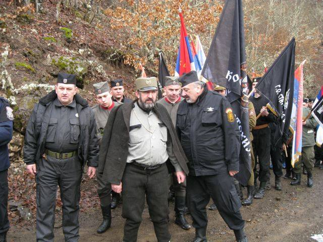 Επέτειος σύλληψης του Ντράζα Μιχαήλοβιτς, 13 Μαρτίου 2016. Σύγχρονοι τσέτνικ (chetnik) παρελαύνουν με μαύρες σημαίες, κάνοντας κατάληψη στο μαρτυρικό χωριό Visegrad που υπέστη την σερβική εθνοκάθαρση δύο φορές, μία το 1942 από τους παλιούς τσέτνικ, και μία το 1992 από τους σύγχρονους.