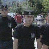 Σύγχρονοι τσέτνικ (chetnik) σε παρέλαση στη Σρεμπρένιτσα, εκφοβίζουν τους φιλήσυχους κατοίκους που θρηνούν ακόμα.