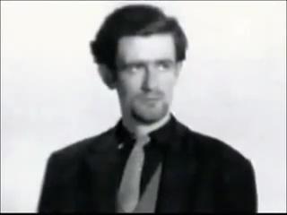 Ο Ράντοβαν Κάρατζιτς (Radovan Karadzic) σε νεανική ηλικία. Οπως είχαν δηλώσει άνθρωποι που τον γνώριζαν, στα νιάτα του, προκειμένου να μπει και να φανεί ισότιμος στις παρέες διανοουμένων της Γιουγκοσλαβίας, ανάλογα με το κοινό του, κάθε φορά παρουσιαζόταν και σαν κάτι άλλο -εντυπωσιακό 'άλλο', πάντοτε. Οταν ήθελε να μπει στους κύκλους των ποιητών έγραφε ποιήματα στο στυλ που ήταν της μόδας εκείνη την εποχή. Οταν ήθελε να τον δεχτούν οι σκηνοθέτες και οι δημιουργοί ταινιών, εμφανιζόταν σαν οπαδός του συγκεκριμένου στυλ κινηματογράφου που είχε πέραση τότε. Κι όταν κατέληξε να είναι στόχος του να καταξιωθεί σαν ψυχίατρος, απλά αντέγραψε τους άλλους ψυχίατρους.