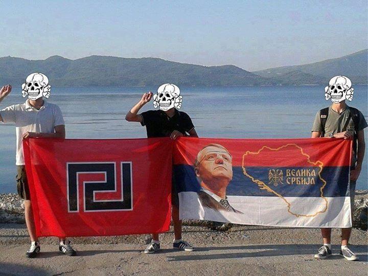 Καλοκαίρι 2015. Χρυσαυγίτες και Σέρβοι νεοναζί μαζί, με σημαίες της Χρυσής Αυγής και του Σερβικού Ριζοσπαστικού Κόμματος (Serbian Radical Party SRS, Srpska Radikalna Stranka, CPC) του Σέσελι με τη 'Μεγάλη Σερβία'.