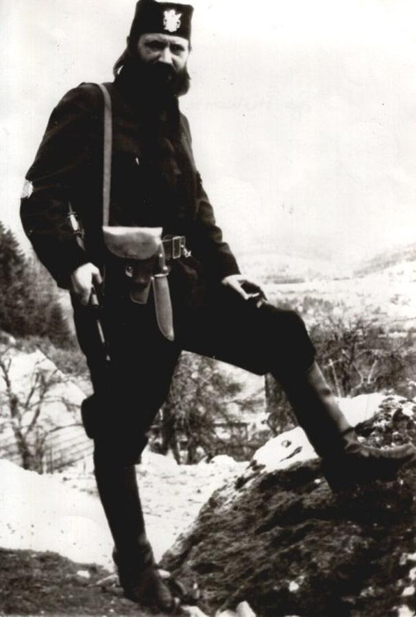 Βλέποντας αυτή τη φωτογραφία, ποιος θα μπορούσε να στοιχηματίσει ότι ΔΕΝ είναι από τον Β'ΠΠ;;; Κι όμως, είναι από το πρώτο μισό της δεκαετίας του 1990 και ο άνθρωπος που εικονίζεται είναι Καθηγητής Νομικής, Δόκτωρ. Είναι ο τσέτνικ βοϊβόδας Dr Nikola Poplasen, σκληρός υπερεθνικιστής, αρχηγός και ιδρυτής του βοσνιακού τμήματος του εθνικιστικού Ριζοσπαστικού Κόμματος του Σέσελι, και για ένα μικρό διάστημα λίγων μηνών το 1998-1999 πρόεδρος της Republika Srpska. Καθαιρέθηκε όταν αρνήθηκε να επικυρώσει την πρωθυπουργία του Milorad Dodik, στις αρχές του 1999. Για να φανταστείτε πόσο σκληρός και αμετανόητος εθνικιστής είναι, σκεφτείτε ότι κατηγορούσε τον Κάρατζιτς και το κόμμα του για ενδοτισμό. Εχει τιμηθεί το 2012 από τον πρόεδρο -πλέον- Milorad Dodik με την υψηλότερη διάκριση της Republika Srpska για τον ρόλο του στην δημιουργία της οντότητας. Σήμερα είναι γερουσιαστής στην Republika Srpska και πολύ πρόσφατα (Νοέμβριος 2015) υπήρξαν διαμαρτυρίες και σάλος διότι διορίστηκε στο ΔΣ του Ανώτατου Συμβουλίου Παιδείας και ΑΕΙ της Βοσνίας-Ερζεγοβίνης, για την εφαρμογή ευρωπαϊκών στάνταρντ στην ακαδημαϊκή εκπαίδευση, την ίδια στιγμή που αποκαλεί την ΕΕ 'Τέταρτο Ράιχ'. Για κάτι τέτοια φασιστόμουτρα δούλευαν (και δουλεύουν ακόμα) εδώ στη χώρα μας, ξέρετε ποιοι.