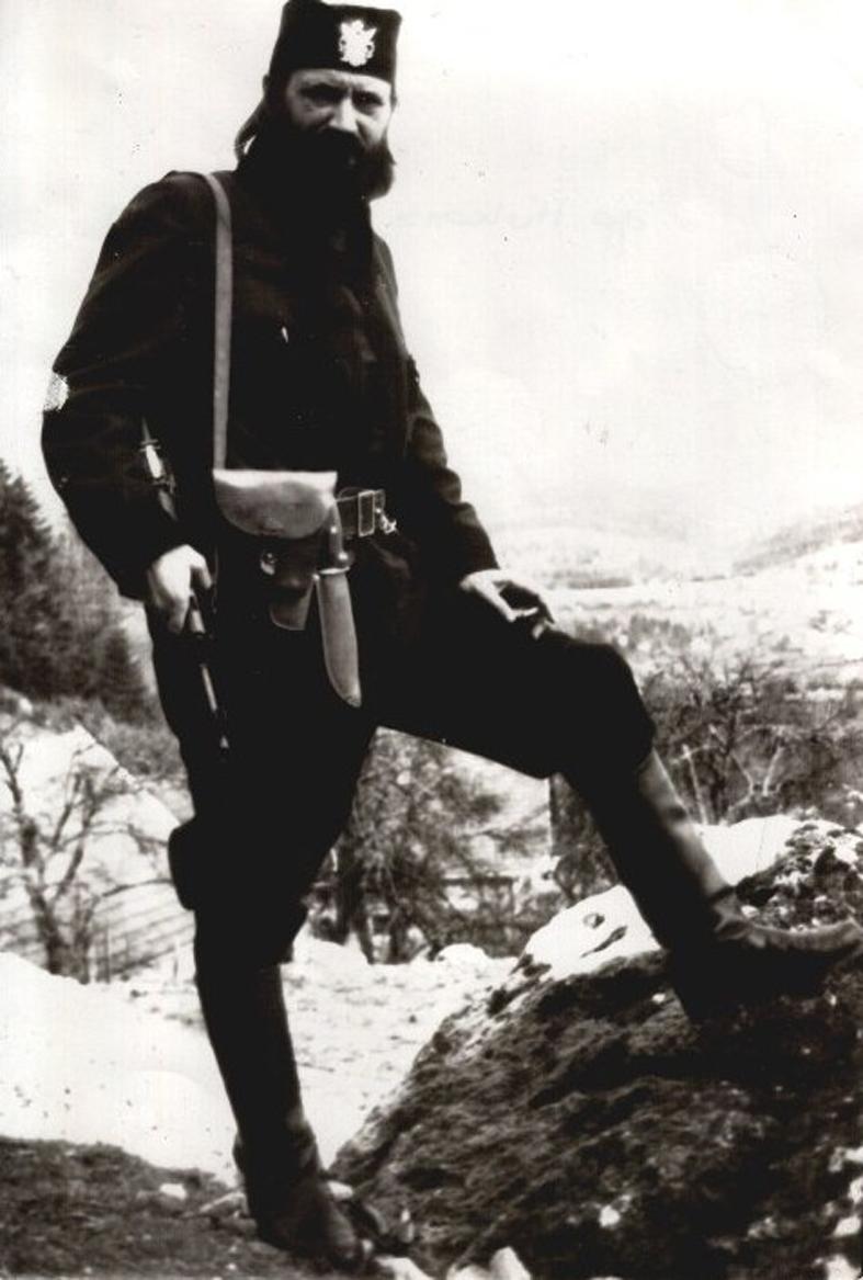 Βλέποντας αυτή τη φωτογραφία, ποιος θα μπορούσε να στοιχηματίσει ότι ΔΕΝ είναι από τον Β'ΠΠ;;; Κι όμως, είναι από το πρώτο μισό της δεκαετίας του 1990 και ο άνθρωπος που εικονίζεται είναι Καθηγητής Νομικής, Δόκτωρ. Είναι ο τσέτνικ βοϊβόδας Dr Nikola Poplasen, σκληρός υπερεθνικιστής, αρχηγός και ιδρυτής του βοσνιακού τμήματος του εθνικιστικού Ριζοσπαστικού Κόμματος του Σέσελι, και για ένα μικρό διάστημα λίγων μηνών το 1998-1999 πρόεδρος της Republika Srpska. Καθαιρέθηκε όταν αρνήθηκε να επικυρώσει την πρωθυπουργία του Milorad Dodik, στις αρχές του 1999. Για να φανταστείτε πόσο σκληρός και αμετανόητος εθνικιστής είναι, σκεφτείτε ότι κατηγορούσε τον Κάρατζιτς και το κόμμα του για ενδοτισμό. Εχει τιμηθεί το 2012 από τον πρόεδρο -πλέον- Milorad Dodik με την υψηλότερη διάκριση της Republika Srpska για τον ρόλο του στην δημιουργία της οντότητας. Σήμερα είναι γερουσιαστής στην Republika Srpska και πολύ πρόσφατα (Νοέμβριος 2015) υπήρξαν διαμαρτυρίες και σάλος διότι διορίστηκε στο ΔΣ του Ανώτατου Συμβουλίου Παιδείας και ΑΕΙ της Βοσνίας-Ερζεγοβίνης, για την εφαρμογή ευρωπαϊκών στάνταρντ στην ακαδημαϊκή εκπαίδευση, την ίδια στιγμή που αποκαλεί την ΕΕ 'Τέταρτο Ράιχ'. Για κάτι τέτοια φασιστόμουτρα δούλευαν (και δουλεύουν ακόμα) εδώ στη χώρα μας οι Στάθηδες και οι Λιάνες.