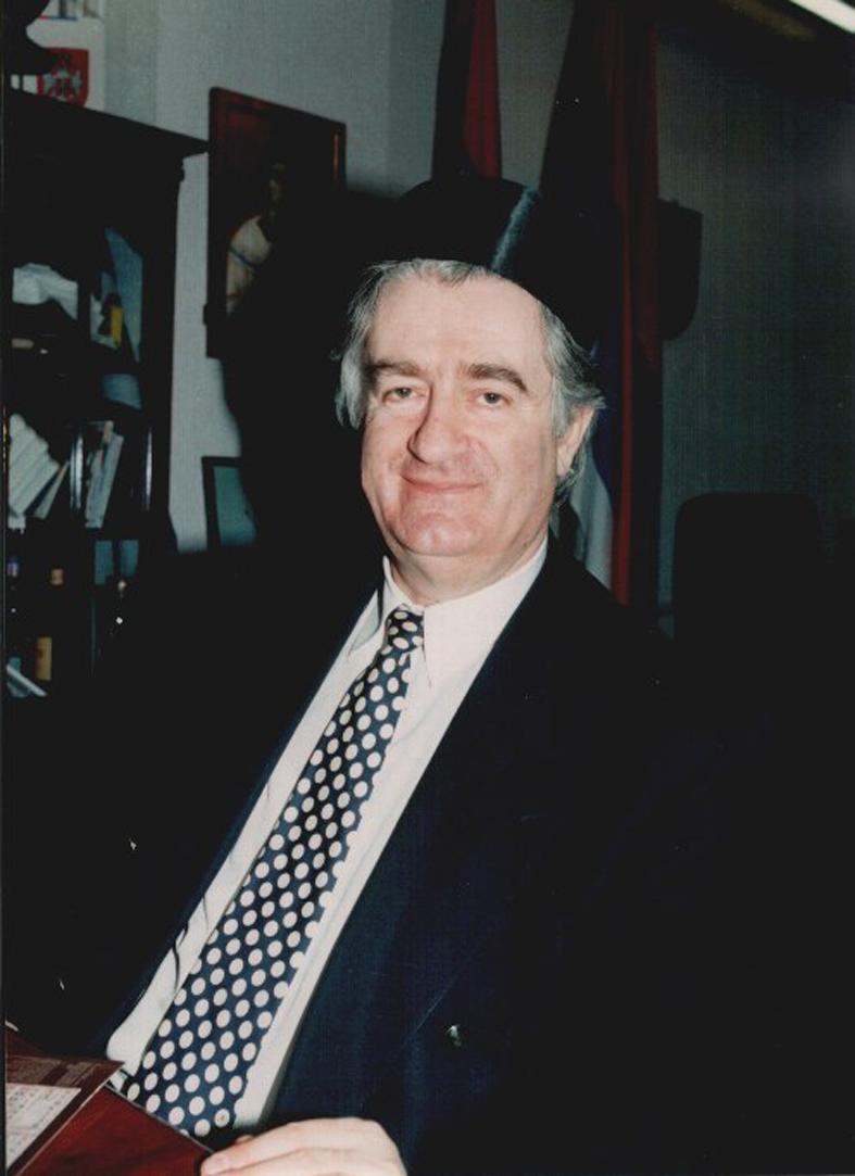 Ο Ράντοβαν Κάρατζιτς (Radovan Karadzic) με το χαρακτηριστικό σερβικό εθνικό καπέλο Sajkaca. Πάντα ευσεβής και θεοσεβούμενος και άνθρωπος της εκκλησίας.