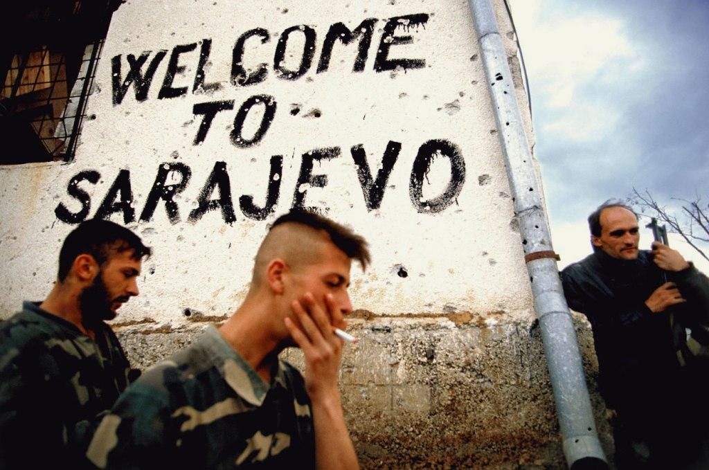 'Welcome to Sarajevo': Η κλασική φωτογραφία του Ron Haviv από την πολιορκία του Σαράγεβο 1992-1995. Οταν το πολυπολιτισμικό, σοφιστικέ και πολύπλοκο Σαράγεβο της ανοχής και της διαφορετικότητας αντιστεκόταν και πολεμούσε τη βαρβαρότητα, το φασισμό και τον εθνικισμό.