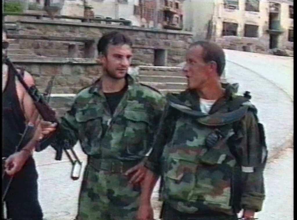 Ημερομηνία 14 Ιουλίου 1995, ώρα περίπου 14.00. Screen shot από το φιλμ του Zoran Petrovic. Σέρβοι στρατιώτες ποζάρουν μπροστά από το τζαμί Carsijska Mosque, το οποίο ακόμη είναι άθικτο.
