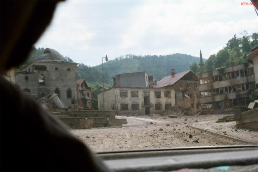 Η φωτογραφία αυτή είναι παρμένη στις 19/07/1995, λίγο μετά την καταστροφή του μιναρέ και μισή ώρα πριν την ολοκληρωτική κατεδάφιση ολόκληρου του τζαμιού. Δημοσιεύτηκε στις 31/07/1995 στο περιοδικό 'Srpska rec' του Βελιγραδίου, τχ #129, σε άρθρο του φωτογράφου Dordo Vukoje και του δημοσιογράφου Aleksandar Cotric. Επειδή απαγορευόταν η λήψη φωτογραφιών, τραβήχτηκε κρυφά μέσα από το αυτοκίνητο. Είναι το τεκμήριο με κωδικό ERN 0706-6024 στη δίκη Μλάντιτς. Ο καθηγητής Riedlmayer σημειώνει σχετικά: «The Carsijska mosque, viewed from WSW. In this photo, the main prayer hall of the mosque is still standing, but its minaret has been destroyed by a blast. Part of the shaft of the toppled minaret can be seen at left, leaning against the wall of the mosque. Chunks of rubble can be seen scattered across the market square. This photo was published in the bi-weekly Srpska rec, no. 129 (31/07/1995), p. 9, with the caption: 'Poslednji snimak srebrenicke dzamije. Pola sata kasnije pretvorena je u prah i pepeo'. ('Last photo of the mosque in Srebrenica. Half an hour later it was reduced to rubble').