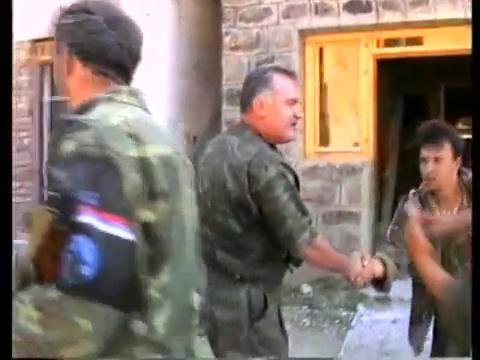 Ωρα 16.00 στις 11 Ιουλίου 1995: Οι πρώτοι που μπαίνουν στην Σρεμπρένιτσα είναι οι συγκεκριμένοι Λύκοι του Δρίνου, κι εδώ αλληλοσυγχαίρονται με τον Μλάντιτς.