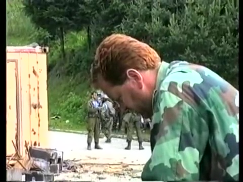Ο αντισυνταγματάρχης Βίνκο Παντούρεβιτς (Vinko Pandurevic), καταδικασμένος σε 13 χρόνια κάθειρξη για εγκλήματα πολέμου, διοικητής της Ταξιαρχίας Ζβόρνικ στη οποία ανήκε οργανικά και η ΕΕΦ, και στο βάθος οι Λύκοι του Δρίνου, που έχουν σηκωθεί απ' τις στιγμές ξεκούρασης και ετοιμάζονται να 'ουρλιάξουν', όπως ζητούσε ο Legenda.