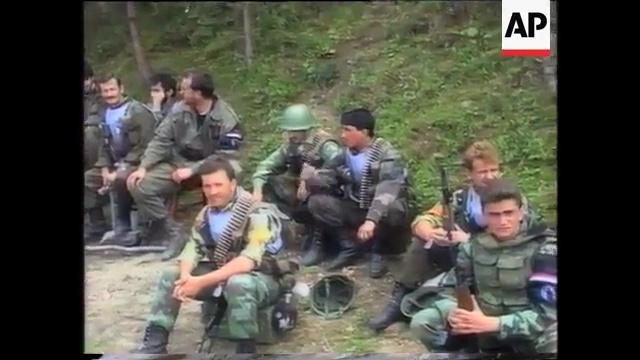Οι Λύκοι του Δρίνου ξεκουράζονται. Με τα γυαλιά ηλίου, ο διοικητής τους λοχαγός Milan Jolovic (με το ψευδώνυμο Legenda).