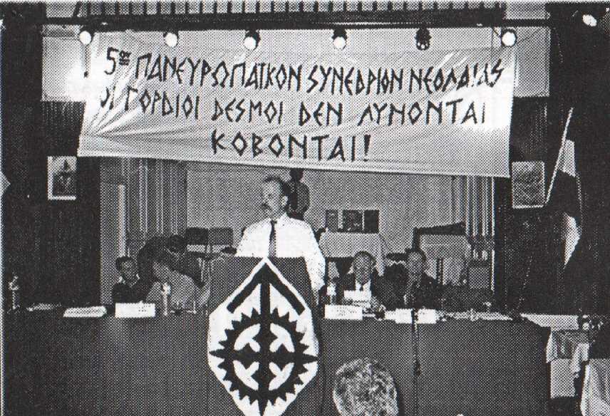 Το μυστικό 5ο ΠανευρωπαΊκό Συνέδριο. Στο βήμα ο τότε υπαρχηγός της ΧΑ Στέφανος Γκέκας. Διακρίνονται ο Horst Mahler και ο Dr. William Pierce.