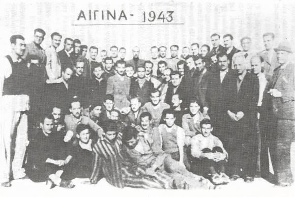 Στη φωτογραφία των 57 κρατουμένων αντιστασιακών από τις φυλακές Αίγινας του 1943, διακρίνονται και τρεις Εβραίοι: Ο Κάρολος Μορντόχ (32 χρονών τότε), 6ος από αριστερά στην επάνω σειρά, Νικ Μενασέ (35 χρονών τότε), 2ος από δεξιά στην επάνω σειρά, και Σαμ Πεσάχ (40 χρονών τότε), 3ος από αριστερά στην δεύτερη καθιστή σειρά, με τον μπερέ