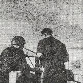 Φωτογραφία ντοκουμέντο: Μια ταράτσα στην οδό Κυδωνιών (σημερινή Πέτρου Ράλλη). ΕΛΑΣίτες στήνουν μυδράλλιο έτοιμοι να αμυνθούν.