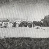 24 Σεπτεμβρίου 1944. Φωτογραφία Μιχάλης Νικολινάκος: Στο πρώτο μνημόσυνο για τους εκτελεσμένους. Οι Γερμανοί είχαν στήσει πολυβόλα στη Δεξαμενή και έριχναν αδιακρίτως. Διακρίνονται τα πτώματα.