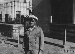 Ο Αυστριακός Πλωτάρχης Hans Paul, διοικητής του λιμανιού της Θεσσαλονίκης, φωτογραφημένος από τον Jean Lieberg, τέλη του Οκτωβρίου του 1944. Είχε διαταγές να κάψει τα πάντα μέσα στο λιμάνι, να βυθίσει πλοία στην είδοσο του λιμανιού ώστε να παρεμποδιστεί η αποβίβαση βρετανικών στρατευμάτων και να ανατινάξει την παλιά παραλία κατά μήκος, μαζί με τα κτίρια και τα σπίτια της σημερινής Λεωφόρου Νίκης. Η στήλη του καπνού από το λιμάνι έκαιγε κατ' όλο τον μήνα Οκτώβριο. Σε μία μόνο μέρα είχε κάψει 10.000 σωσίβια. Φεύγοντας, είπε στον Jean Lieberg ότι αυτός ήταν του ματαίωσε το σχέδιο ανατίναξης της παραλίας. Φωτογραφία Νο #40.