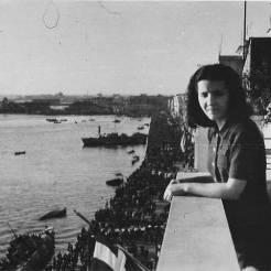 Λεωφόρος Νίκης, 30 Οκτωβρίου 1944: Διαδηλώσεις και χαρούμενος κόσμος με σημαίες στα χέρια. Η λήψη γίνεται από το μπαλκόνι του γραφείου του Jean Lieberg και εικονίζεται η οικονόμος του Βέτα. Φωτογραφία Νο #15.