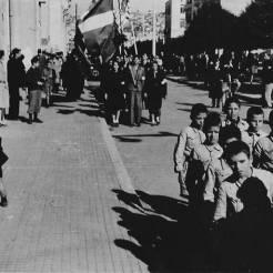 Τα Αετόπουλα σε πρώτο πλάνο, η ΕΠΟΝ και ο Εφεδρικός ΕΛΑΣ με ελληνική και αμερικανική σημαία στην Πλατεία Αριστοτέλους, 30 Οκτωβρίου 1944. Φωτογραφία Νο #17.