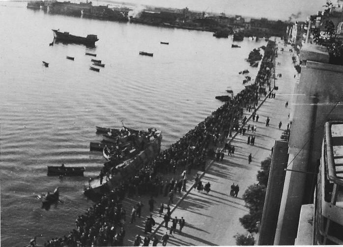 Θεσσαλονίκη, Λεωφόρος Νίκης, Λιμάνι, 30 Οκτωβρίου 1944: Οι Γερμανοί έχουν μόλις ανατινάξει ένα μικρό τορπιλοβόλο. Φωτογραφία Νο #43.
