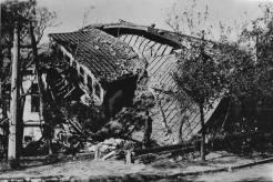 Αμερικανική Γεωργική Σχολή: Το κτίριο που στέγαζε ένα σημαντικό τηλεφωνικό κέντρο ανατινάχτηκε από τους Γερμανούς όταν εγκατέλειψαν τις εγκατστάσεις της Σχολής. Θεσσαλονίκη, 30 Οκτωβρίου 1944. Φωτογραφία Νο #42.