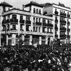 Θεσσαλονίκη, 02 Νοεμβρίου 1944: Συλλαλητήριο για τα θύματα της Κατοχής στην Πλατεία Αγίας Σοφίας. Διακρίνεται και το Κενοτάφιο, δημιουργία αγνώστου καλλιτέχνη, το οποίο καταστράφηκε λίγους μήνες μετά από Χίτες και εθνικόφρονες. Σύμφωνα με την μαρτυρία του ΕΑΜίτη Θεόδωρου Βαλαχά, στον τοίχο του Δημοτικού Σχολείου υπήρχε 'όρκος των ΕΠΟΝιτών', που έλεγε «το μνημείο που έκαψαν οι φασίστες ορκιζόμαστε να το ξαναστήσουμε, αυτή τη φορά μαρμάρινο».