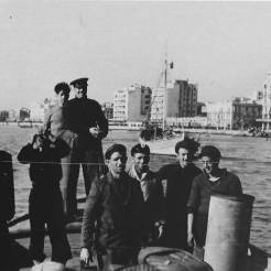 Μέλη του ΕΛΑΝ και ο Jean Lieberg ταξιδεύουν με σκάφος για να σώσουν την προσαραγμένη βενζινάκατο του Ερυθρού Σταυρού, 05 Νοεμβρίου 1944. Φωτογραφία Νο #21.