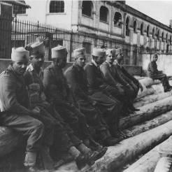 Λιμάνι Θεσσαλονίκης, διακρίνεται το Τελωνείο και ο Επιβατικός σταθμός: Ινδοί Σιχ καθαρίζουν το λιμάνι (Λήψη από οδό Κουντουριώτη), 10 Νοεμβρίου 1944. Φωτογραφία Νο #22.