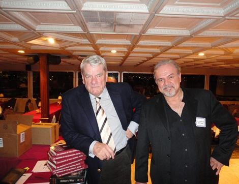 Νοέμβριος 2011, σε ένα από το ψευτοσυνέδρια των αρνητών. Ο David Irving και ο Pete Papaherakles (Πητ Παπαηρακλής), ομογενής δημοσιογράφος και διευθυντής στο AFP American Free Press, που είχε ιδρυθεί το 1975 από τον Willis Carto.