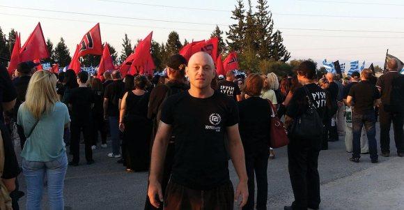 Ο Andrew Anglin με μπλουζάκι της ΧΑ, καλεσμένος στις κιτς γιορτές τους στις Θερμοπύλες, τον Ιούλιο του 2013. Λογικά, μετά ο Μάστορας θα τον πήγε βόλτα, για να πουν μαζί, όπως συνηθίζουν: «Η συναγωγή θα γίνει ένα ωραίο δημόσιο αποχωρητήριο»