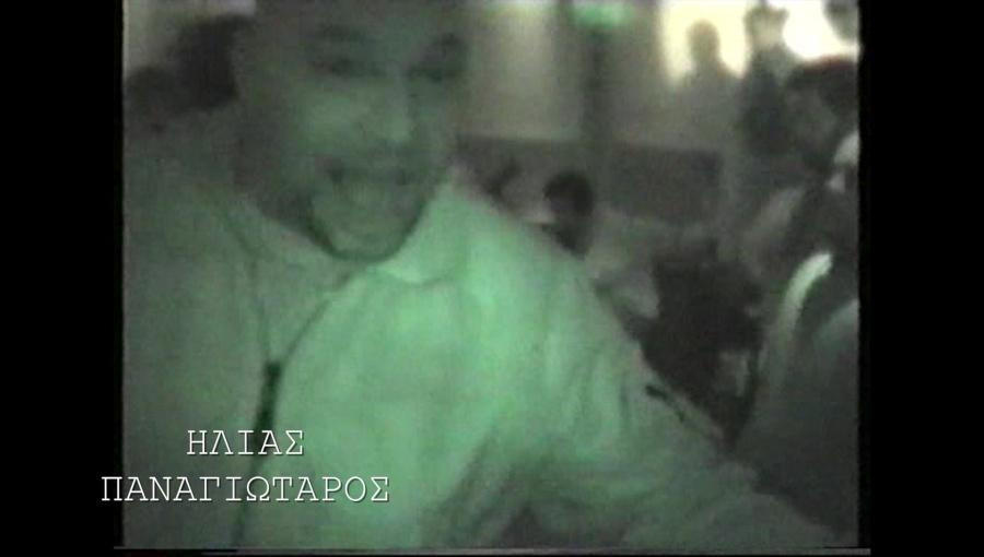 Στην κάμερα ποζάρει ο Παναγιώταρος (ενώ παίζουν οι Pogrom και ο Αρτέμης Ματθαιόπουλος) ...