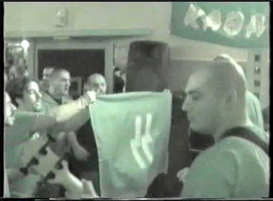 O Γιώργος Γερμενής (Καιάδας) μπροστά στη σημαία των SS ...