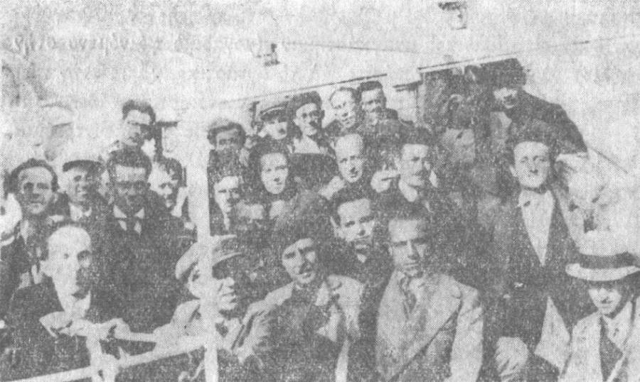 Στο καράβι για τον Αη-Στράτη - Κώστας Βάρναλης (πρώτη σειρά με τον μπερέ), Δημήτρης Γληνός, Λουκάς Καρλιάφτης ή Κώστας Καστρίτης (μεσαία σειρά, 1ος αριστερά), 1935.