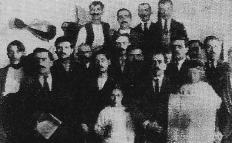 Αβραάμ Μπεναρόγια (ανάμεσα στα δύο παιδάκια) και Συνδικαλιστές του Βόλου, 1921
