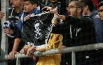 Γήπεδο Καραϊσκάκη Αγώνας Ελλάδα-Βοσνία, 13/11/2016: Ελληνες οπαδοί με σημαίες τσέτνικ και το εμετικό πανό 'Noz, zica, Srebrenica' ('Μαχαίρι, Σύρμα, Σρεμπρένιτσα')