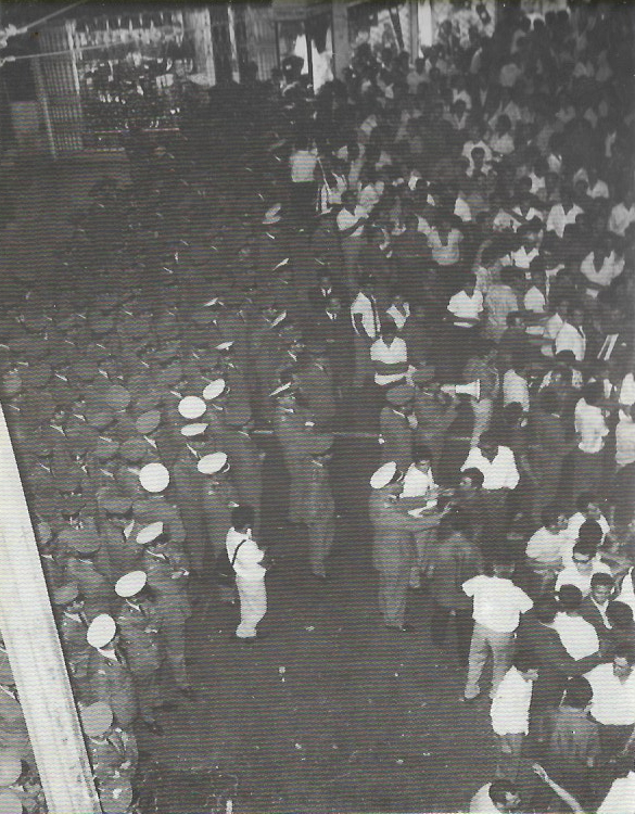 Δολοφονία Σωτήρη Πέτρουλα, 21/07/1965: Σταδίου: Χιλιάδες μπάτσοι μπροστά από το σινεμά Αττικόν. Ποιος μπορεί να μετρήσει τα πηλίκια των αστυνομικών;