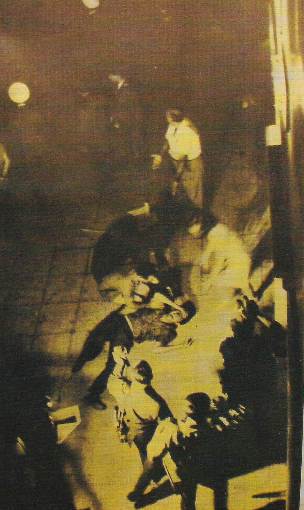 Η χαμένη φωτογραφία από τα επεισόδια στη δολοφονία του Σωτήρη Πέτρουλα, λήψη από το ξενοδοχείο 'ΕΣΠΕΡΙΑ'.